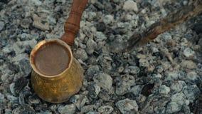 Het traditionele proces kookt Turkse koffie op steenkolen stock videobeelden