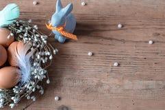 Het traditionele symbool van de Pasen Bruine eieren bij het nest en het grappige konijn van Pasen ` s royalty-vrije stock afbeeldingen