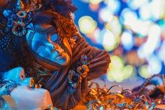 Het traditionele vrouwelijke Venetiaanse masker van Carnaval op bokehachtergrond Maskerade, Venetië, Mardi Gras, het concept van  royalty-vrije stock afbeeldingen