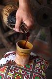 Het traditionele wijn gieten Stock Fotografie