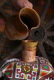 Het traditionele wijn gieten Stock Foto