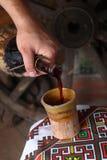 Het traditionele wijn gieten Stock Afbeelding