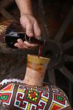 Het traditionele wijn gieten Stock Afbeeldingen