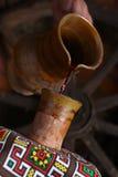 Het traditionele wijn gieten Royalty-vrije Stock Afbeeldingen