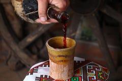 Het traditionele wijn gieten Stock Foto's