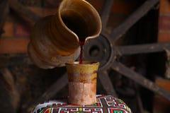 Het traditionele wijn gieten Royalty-vrije Stock Afbeelding