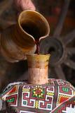Het traditionele wijn gieten Royalty-vrije Stock Foto's