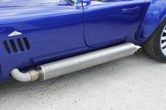 Het traliewerk van de de uitlaatpijpbescherming van de spierauto aan kant Stock Foto