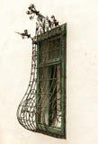Het traliewerk van het smeedijzervenster op een oud huis Stock Afbeeldingen