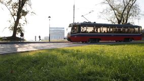 Het tramspoorbewegingen van Moskou langs een park stock video