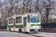 Het tramvervoer op de stadsstraat in het historische stadscentrum bij traditionele trams paradeert Stock Afbeeldingen