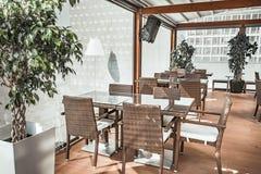 Het transparante glasterras van het restaurant Stock Afbeelding