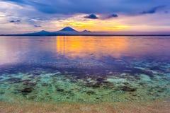 Het transparante kalme overzees van Bali bij avond royalty-vrije stock afbeelding