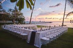 Het trefpunt die van het de ontvangstdiner van het strandhuwelijk de zonsondergang van AR plaatsen stock foto's