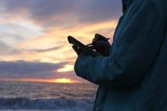 Het trekken op de waterkant in zonsondergang Royalty-vrije Stock Foto