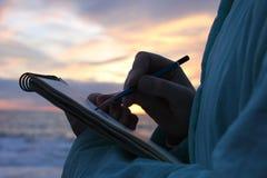 Het trekken op de waterkant in zonsondergang Royalty-vrije Stock Afbeeldingen