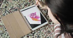 Het trekken op een grafiektablet De kunstenaar trekt thuis schetsen Hoogste mening stock footage
