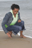 Het trekken van een hart in het zand stock afbeeldingen