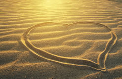 Het trekken van een hart op het overzeese strand Stock Foto