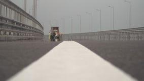 Het trekken van een lijn van een weg die door verf merken stock footage