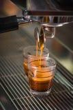 Het trekken van een Schot van de Espresso Stock Foto