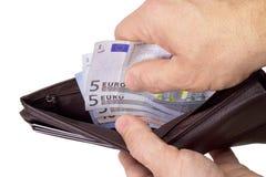 Het trekken van geld uit portefeuille Stock Afbeeldingen