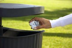 Het trekken van het document in het afval, de ecologie en en Royalty-vrije Stock Fotografie