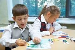 Het trekken van kinderen Stock Foto's