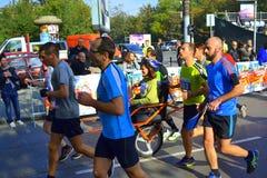 Het trekken van rolstoelmededingers Sofia Marathon Stock Afbeelding