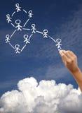 Het trekken van sociaal netwerk en wolken gegevensverwerkingsconcept Stock Fotografie