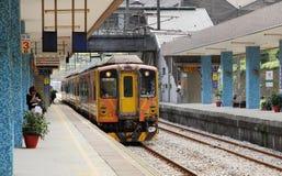 Het trekken van trein met wachtende passagier Royalty-vrije Stock Afbeelding