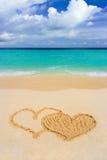 Het trekken van verbonden harten op strand Royalty-vrije Stock Foto