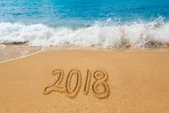 Het trekken in zand door oceaan van het woord van 2018 Stock Fotografie