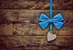 Het triplex van het de Daghart van Valentine het hangen op blauw lint Stock Fotografie