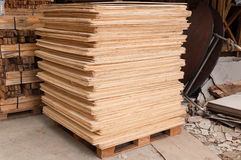 Het triplex van verschillende grootte ligt op rekken en pallets Stock Foto's