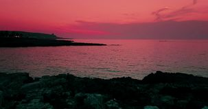 Het tropische Caraïbische strandoverzees met gouden zand en de rotsen bij zonsondergang, kleurrijk van hemel met langzame overzee stock video