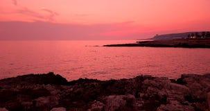 Het tropische Caraïbische strandoverzees met gouden zand en de rotsen bij zonsondergang, kleurrijk van hemel met langzame overzee stock footage