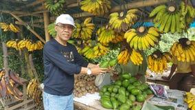 Het tropische fruit is op verkoop in de straatmarkt Royalty-vrije Stock Afbeeldingen