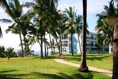 Het tropische hotel van de kusttoevlucht Stock Afbeeldingen