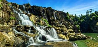 Het tropische panorama van het regenwoudlandschap met het stromen Pongour wate Stock Fotografie