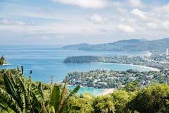 Het tropische panorama van het strandlandschap De mooie oceaan schort met zandige kustlijn van hoog meningspunt op Kata en Karon royalty-vrije stock fotografie