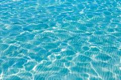 Het tropische paradijs van de de bezinningenzomer van de zeewatertextuur Stock Fotografie