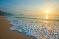 Het tropische strand bij sinrise stock afbeelding