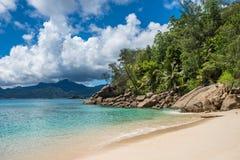Het tropische strand van Ansesoleil, Mahe-eiland, Seychellen Stock Afbeeldingen