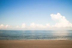 Het tropische Strand van het Zand, Boot in Oceaan Gree Royalty-vrije Stock Foto's