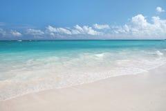 Het tropische Strand van het Zand en OceaanAchtergrond Royalty-vrije Stock Afbeeldingen