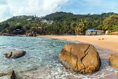 Het Tropische strand van toeristenmensen met kokosnotenpalmen Koh Samu stock foto