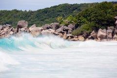 Het tropische strand, wilde golven, turquise water van de Indische Oceaan naast typische granietrotsen van Seychellen Royalty-vrije Stock Afbeeldingen