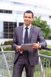Het trotse jonge Afrikaanse bedrijfsondernemer glimlachen stock fotografie