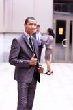 Het trotse jonge Afrikaanse bedrijfsondernemer glimlachen Royalty-vrije Stock Afbeeldingen